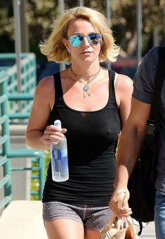 Красотка Бритни Спирс гуляет без лифчика в Westlake Village фото #4