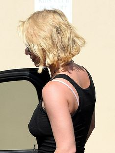 Красотка Бритни Спирс гуляет без лифчика в Westlake Village фото #5