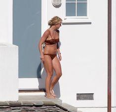Секси Бритни Спирс гуляет в бикини по двору фото #1