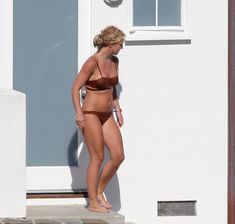 Секси Бритни Спирс гуляет в бикини по двору фото #2