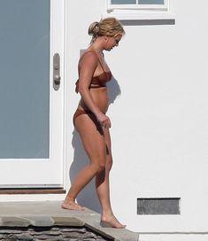 Секси Бритни Спирс гуляет в бикини по двору фото #7