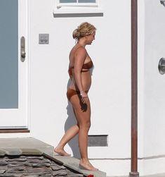 Секси Бритни Спирс гуляет в бикини по двору фото #9
