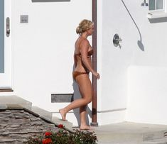 Секси Бритни Спирс гуляет в бикини по двору фото #13