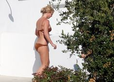 Секси Бритни Спирс гуляет в бикини по двору фото #15