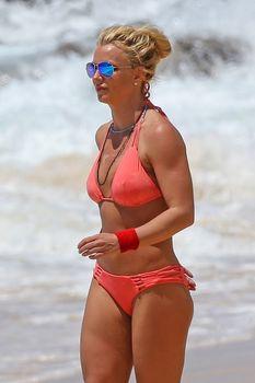 Красивая Бритни Спирс в маленьком бикини на пляже фото #3