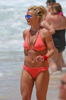 Красивая Бритни Спирс в маленьком бикини на пляже фото #5