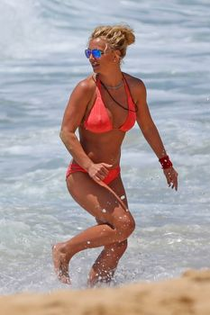 Красивая Бритни Спирс в маленьком бикини на пляже фото #6