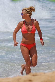 Красивая Бритни Спирс в маленьком бикини на пляже фото #7