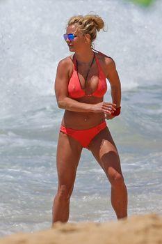 Красивая Бритни Спирс в маленьком бикини на пляже фото #9