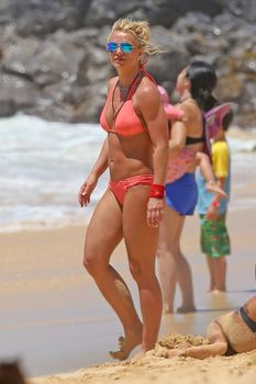 Красивая Бритни Спирс в маленьком бикини на пляже фото #12