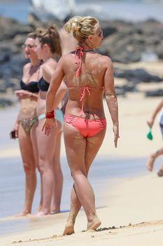 Красивая Бритни Спирс в маленьком бикини на пляже фото #13