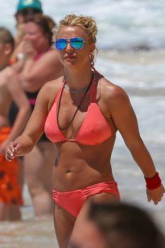 Красивая Бритни Спирс в маленьком бикини на пляже фото #14