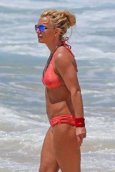 Красивая Бритни Спирс в маленьком бикини на пляже фото #15
