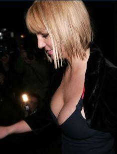 Пышногрудая Бритни Спирс с открытым декольте на публике фото #1