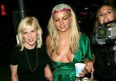 Бритни Спирс случайно оголила грудь на публике фото #2