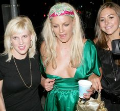 Бритни Спирс случайно оголила грудь на публике фото #3