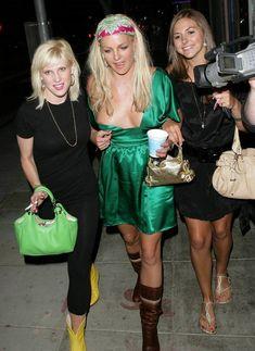 Бритни Спирс случайно оголила грудь на публике фото #5