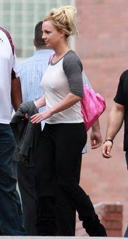Соски Бритни Спирс просвечиваются сквозь кофточку фото #8