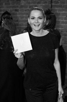 Елена Ландер без лифчика в прозрачной футболке фото #2