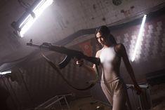 Торчащие соски Елены Темниковой сквозь облегающее боди в клипе «Сумасшедший русский» фото #3