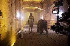 Торчащие соски Елены Темниковой сквозь облегающее боди в клипе «Сумасшедший русский» фото #5
