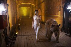 Торчащие соски Елены Темниковой сквозь облегающее боди в клипе «Сумасшедший русский» фото #7