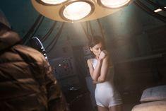 Торчащие соски Елены Темниковой сквозь облегающее боди в клипе «Сумасшедший русский» фото #9