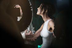 Торчащие соски Елены Темниковой сквозь облегающее боди в клипе «Сумасшедший русский» фото #10