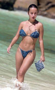 Шикарная Ализе в сексуальном бикини на пляже фото #2