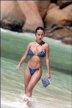 Шикарная Ализе в сексуальном бикини на пляже фото #3