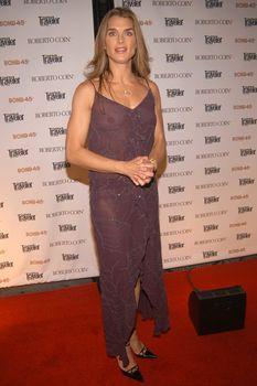 Красивая Брук Шилдс засветила грудь в прозрачном платье фото #1