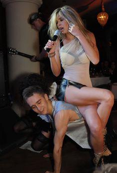 Сексуальная Вера Брежнева слегка засветила попку на сцене фото #2