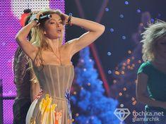 Крупные соски Веры Брежневой засветились в прозрачном платье на сцене фото #8