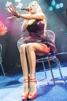Горячая Вера Брежнева расставляет ножки на концерте фото #1