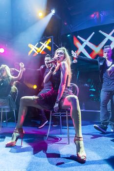 Горячая Вера Брежнева расставляет ножки на концерте фото #2
