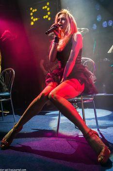 Горячая Вера Брежнева расставляет ножки на концерте фото #4