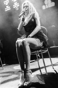 Горячая Вера Брежнева расставляет ножки на концерте фото #5