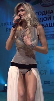 Аппетитная писька Веры Брежневой в сексуальных трусиках на концерте фото #1