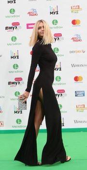 Аккуратные соски Веры Брежневой торчат сквозь платье на церемонии «МУЗ-ТВ» фото #2