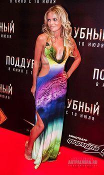 Эротичная Дана Борисова в откровенном наряде на премьере фильма «Поддубный» фото #2