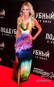 Эротичная Дана Борисова в откровенном наряде на премьере фильма «Поддубный» фото #3