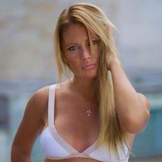 Сексуальная Дана Борисова в лифчике позирует на камеру фото #3