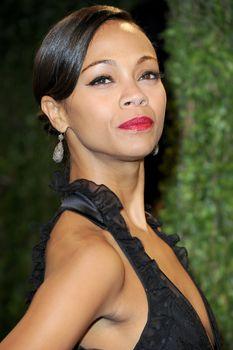 Красотка Зои Салдана с открытым декольте на Vanity Fair Oscar Party фото #2