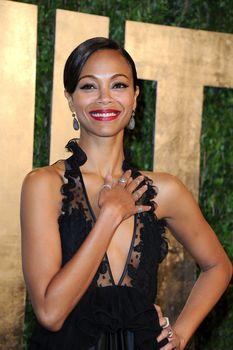 Красотка Зои Салдана с открытым декольте на Vanity Fair Oscar Party фото #3