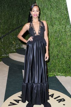 Красотка Зои Салдана с открытым декольте на Vanity Fair Oscar Party фото #4