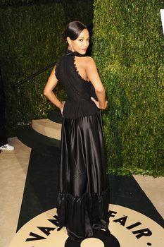 Красотка Зои Салдана с открытым декольте на Vanity Fair Oscar Party фото #7