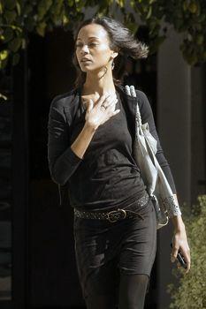 Изящные соски Зои Салдана торчат сквозь блузу в Западном Голливуде фото #5