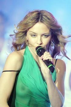 Красотка Кайли Миноуг показала голую грудь в прозрачном наряде на сцене фото #1