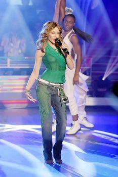 Красотка Кайли Миноуг показала голую грудь в прозрачном наряде на сцене фото #2