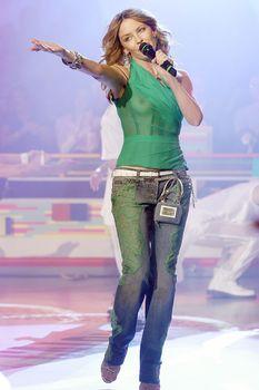 Красотка Кайли Миноуг показала голую грудь в прозрачном наряде на сцене фото #3